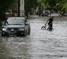 Затопленная в результате ливня улица в Евпатории