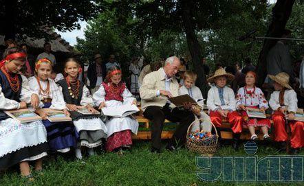 Прем`єр-міністр України Микола Азаров (в центрі) спілкується з дітьми