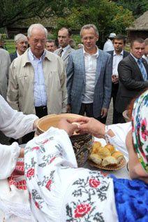 ... з міністром аграрної політики спостерігають за приготуванням пирогів