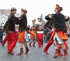Люди в національних костюмах танцюють коломийку під час встановлення нового рекорду України, .м Коломия, 6 листопада