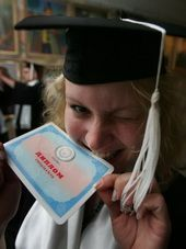 диплом магістр випускник випускний конфедератка мантія студент студентка випускниця