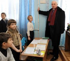 Микола Азаров перевіряє тепло батареї в школі