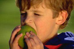 яблоко ребенок яблуко хлопець