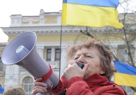 Противниця Тимошенко біля Апеляційного суду на пл. Руднєва, фото Володимира КРАВЧЕНКА