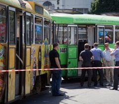 Співробітники міліції стоять біля трамвая, в якому стався вибух. Дніпропетровськ, 11 червня