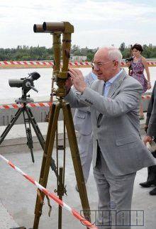 Премьер-министр Украины Николай Азаров во время ознакомления с ходом строительства мостовых переходов через Днепр, в Запорожье, 2 августа 2012 г.