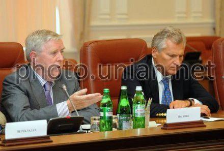 Экс-президент Европарламента Пэт Кокс и экс-президент Польши Александр Квасьневский прибыли в Харьков