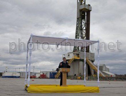 Віктор Янукович на церемонії початку буріння першої пошукової свердловини «Біляївська-400», 25 жовтня 2012 р.