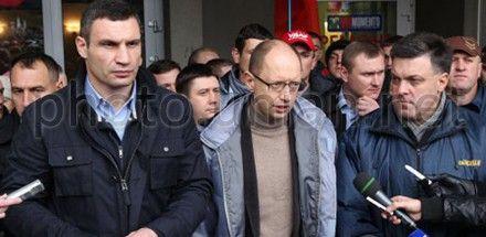 Яценюк инициировал консультации после решений суда