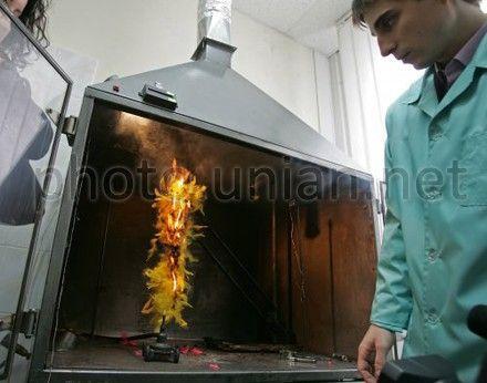 """Работник """"Укрметтестстандарт"""" демонстрирует воспламеняемость перьевого боа"""