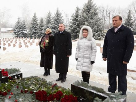 Михайло Добкін, квіти до могили Євгена Кушнарьова, 29 січня 2013