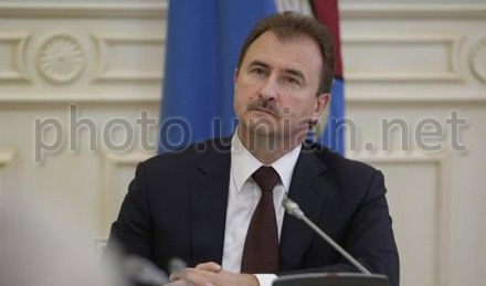 Попов утверждает, что Клюев подгонял его с установлением елки