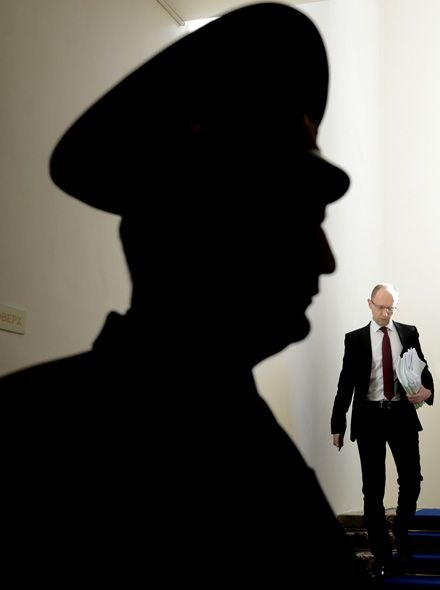 Арсеній Яценюк іде на засідання Кабміну, 27 лютого 2013 р., фото Андрія КРАВЧЕНКА