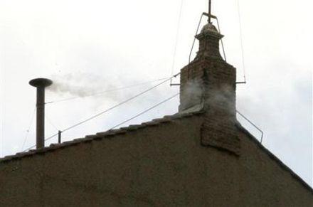 Белый дым над Сикстинской часовней / Фото: Vdp из Википедии