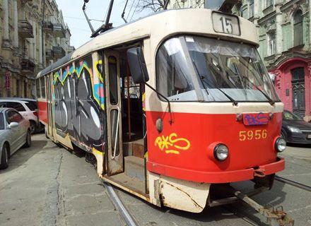 трамвай сошел с рельс / Фото: FaceNews