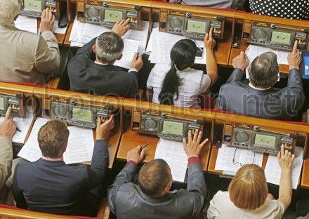 Народные депутаты голосуют в сессионном зале ВР