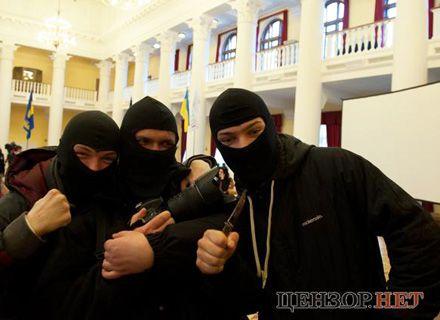 свободовцы в масках / Фото: censor.net.ua