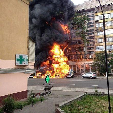 Бензовоз врезался в магазин и загорелся / Фото: zakon.kz