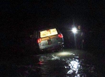 автомобиль смыло в реку / Фото: kyiv.mns.gov.ua
