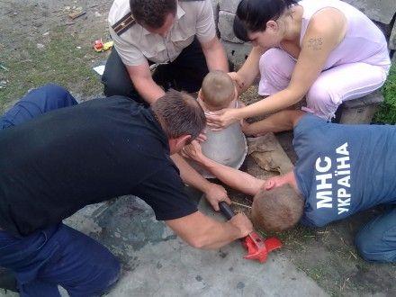 Спасатели отрезали дно бидона и освободили ребенка / Фото: ГСЧС в Харьковской области