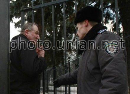 Евгений Захаров разговаривает с милиционером