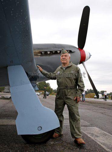 Бывший летчик-испытатель Михаил Лысенко возле советского истребителя Як-3