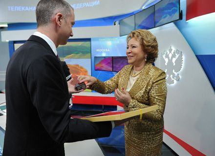 Председатель Совета Федерации Валентина Матвиенко вручает награду президенту UMHgroup Борису Ложкину