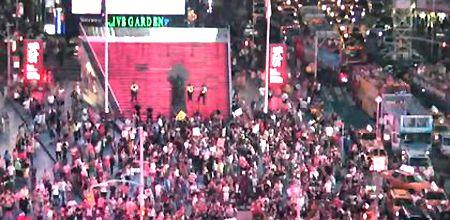 Люди протестуют против приговора убийце чернокожего парня / Кадр: earthcam.com