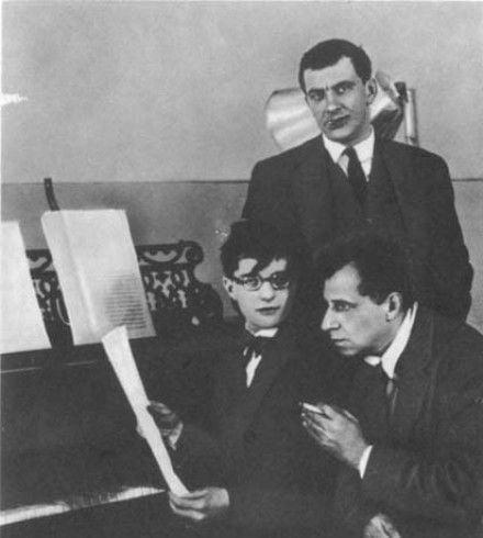 Владимир Маяковский (стоит), Дмитрий Шостакович (слева), Всеволод Мейерхольд