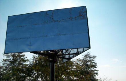 Из-за порыва ветра у баннера сломалась одна из деревянных опор / Фото : kiev.olx.com.ua