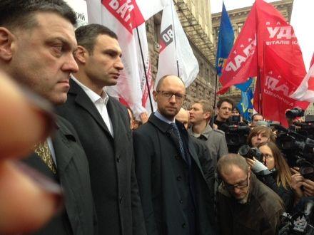 Яценюк, Кличко и Тягнибок под Киевсоветом