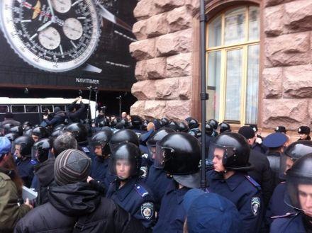 Беркут под Киевсоветом / Фото: byut.com.ua