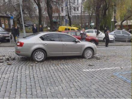 На Прорезной прорвало трубу / Фото : Магнолия-ТВ