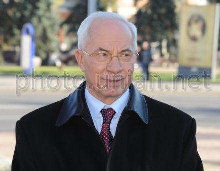 Азаров рассказал, что угрожает гривне