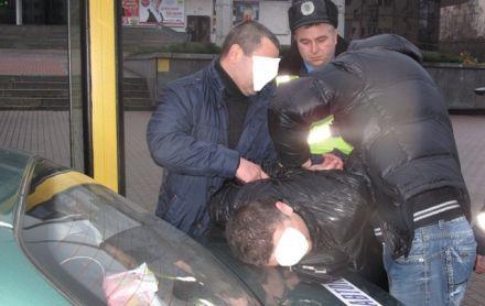 Сотрудники милиции задерживают поджигателя авто, фото пресс-службы МВД