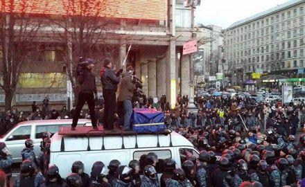 Беркут заблокировал автобусы на Майдане / Фото: Фейсбук Николая Княжицкого