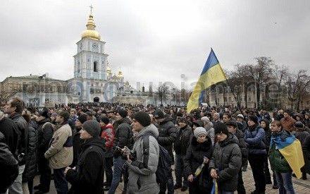 На Михайловскую площадь продолжают подтягивать сторонники евроинтеграции и возмущенные действиями