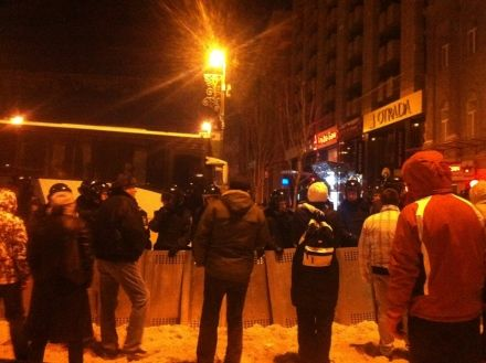 """Люди на внешнем кордоне уговаривают """"Беркут"""" и ВВ не штурмовать Евромайдан, даже если приказ будет отдан. Командиров персонально просят не отдавать приказ."""