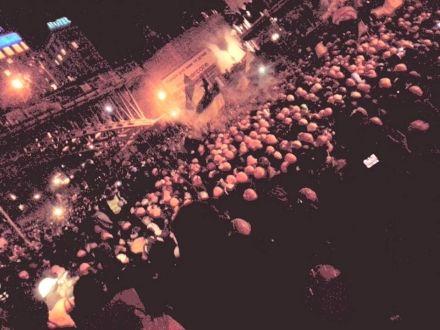 На Институтской начинается штурм баррикады. Локальные драки милиции с народом, фото Olga Chervakova
