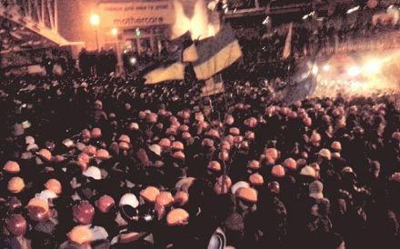 Беркут прорывается сквозь толпу, но у людей численное превосходство, у беркутовцев выдирают щиты и выталкивают их обратно. Сверху идет дополнительный наряд Беркута, фото Olga Chervakova