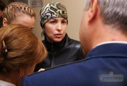 Представители гособвинения беседуют с Ириной Крашковой