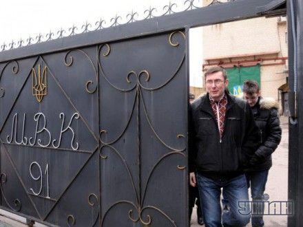 Юрий Луценко выходит из колонии