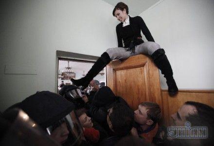 Татьяна Чорновол наблюдает за дракой