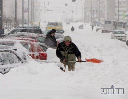 Люди откапывают автомобили от снега