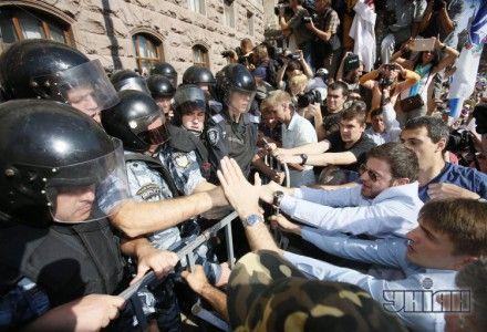 """Столкновения между бойцами спецподразделения милиции """"Беркут"""" и сторонниками оппозиции под стенами КГГА"""