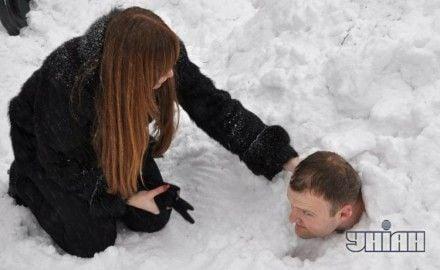 Алексей Гуцуляк лежит в снежном сугробе