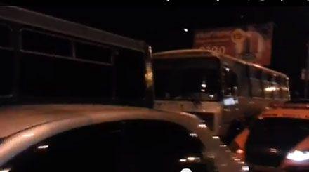 """Автомайданівці заблокували автобуси """"Беркута"""" / Скріншот"""