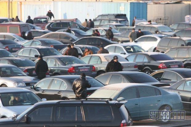Автомобили на одном из авторынков в Киеве / УНИАН