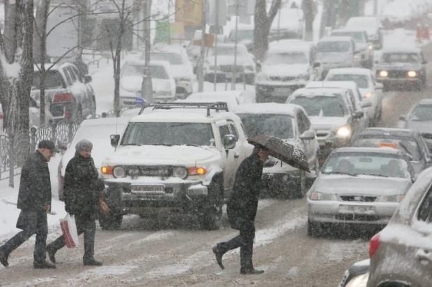 В Киеве заснежены дороги