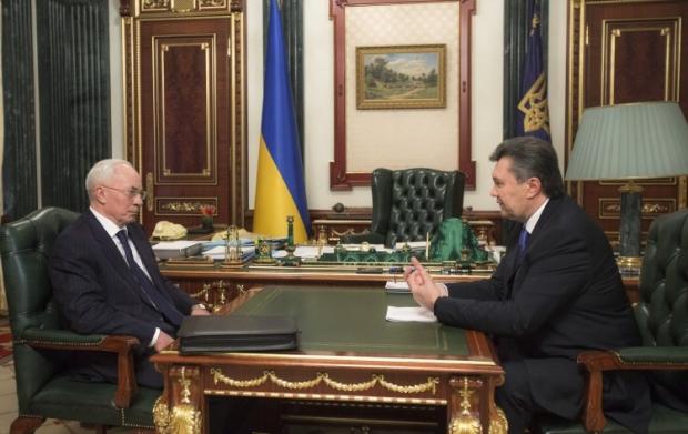 Янукович прийняв відставку Азарова